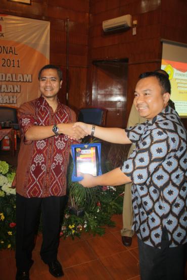 Guru Besar, Prof. Dr. Eko Prasodjo (berbatik merah) bersalaman dengan Guru berperut besar (berbatik biru) ;)
