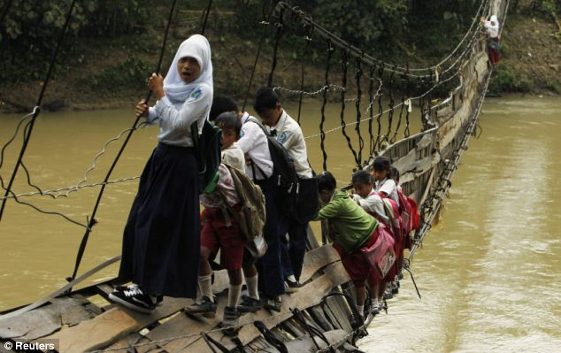 Sumber:http://www.dailymail.co.uk/news/article-2088998/Think-school-run-bad-Children-face-Indiana-Jones-style-river-crossing-EVERY-day-floods-cut-community.html